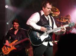 Kasim Sulton (with Meat Loaf) at The Theater at Madison Square Garden in New York City, NY, 07/20/07 - photo by Gary Goat Goveia